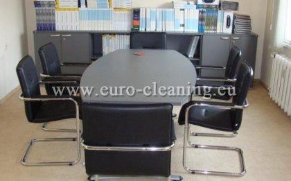 Почистване на офиси - Забърсване на прах от мебелите в офиса