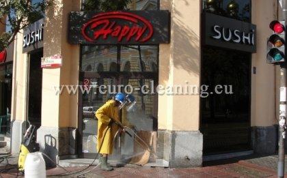 Почистване на фасадата на Happy Sushi